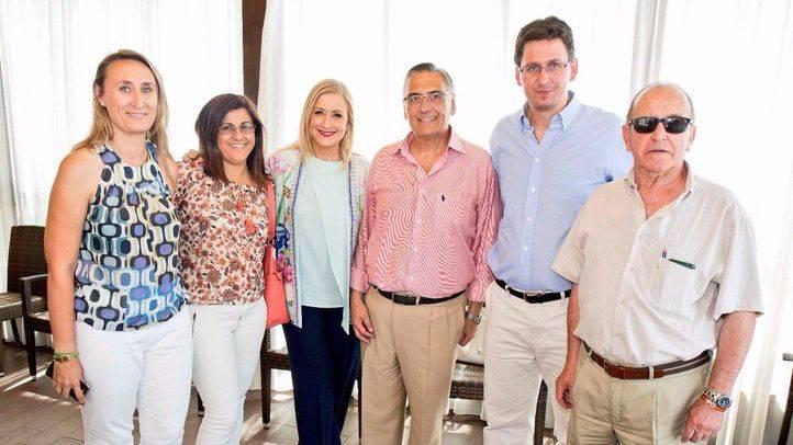El alcalde de Guadalix, Ángel García Yuste (segundo por la derecha), junto a sus concejales y la presidenta regional, Cristina Cifuentes