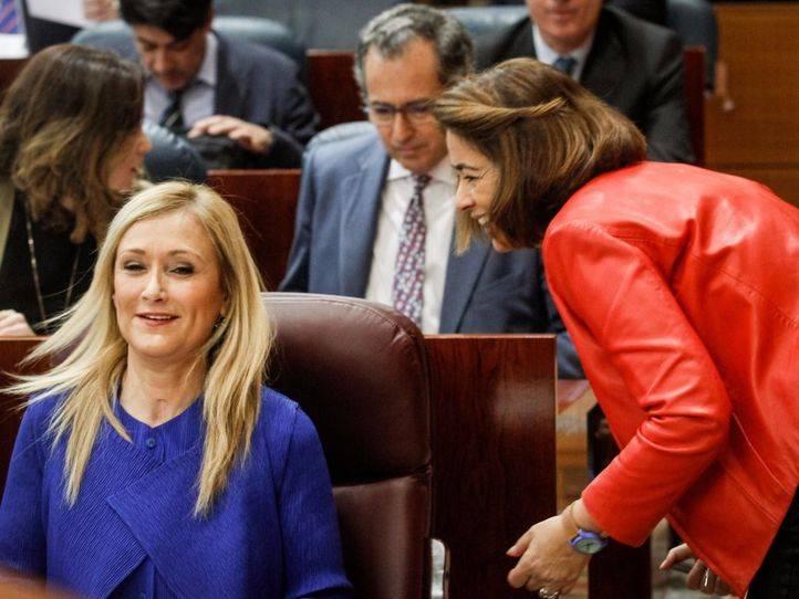 Cristina Cifuentes saluda a la exdiputada Elena González Moñux en el hemiciclo de la Asamblea de Madrid.