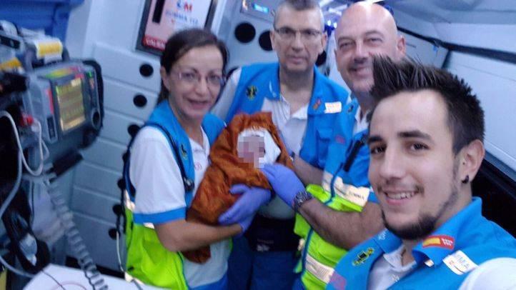 Efectivos del Summa han atendido a una mujer que ha dado a luz en el portal de su casa, en Fuencarral-El Pardo