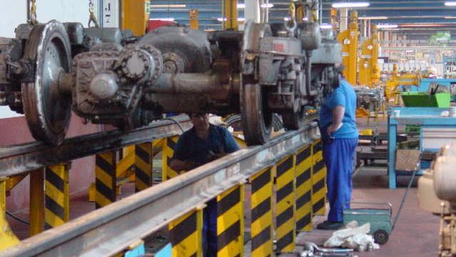 Obreros en su puesto de trabajo en una foto de archivo