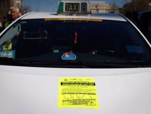 Taxistas dificultan el tráfico en Madrid circulando a una velocidad