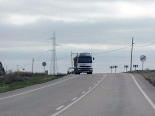 Camión circulando por una autopista