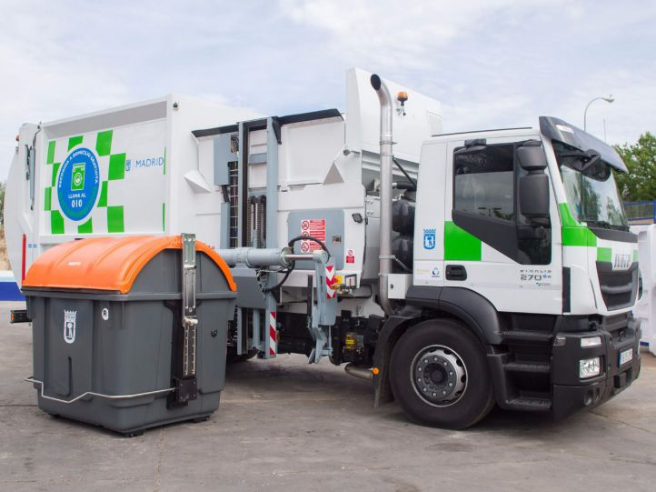 Nuevos contenedores y camiones de recogida de residuos de forma lateral. (Archivo)