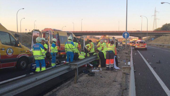 Los equipos de emergencias atendiendo a los heridos