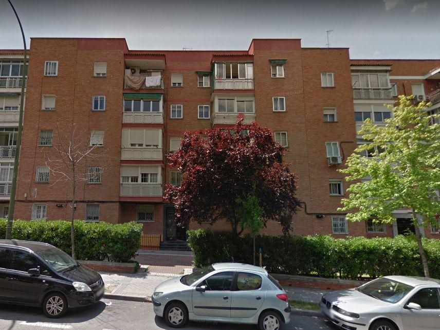 Vecinos de Vallecas denuncian la aparición de grietas en su edificio por la realización de unas obras
