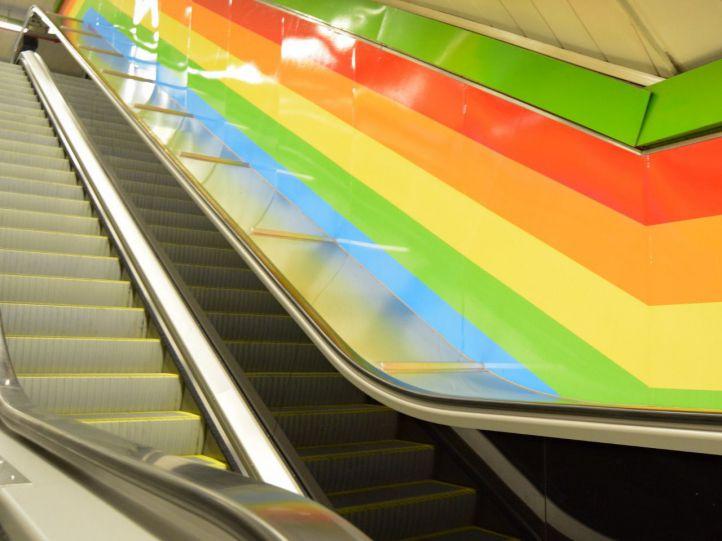 Estación de Chueca con el vinilo arcoíris