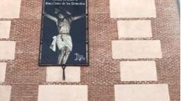 Cuelgan la banderola del Cristo de los Remedios en la Iglesia de 'Sanse' tras el rechazo del Ayuntamiento
