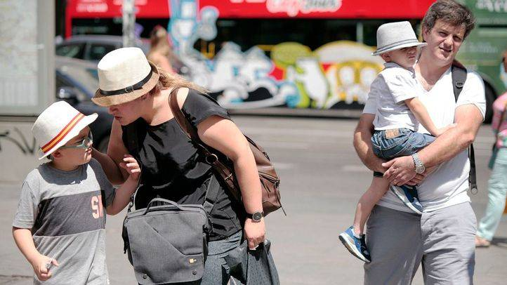 Foto de archivo de una familia de turistas en Madrid.