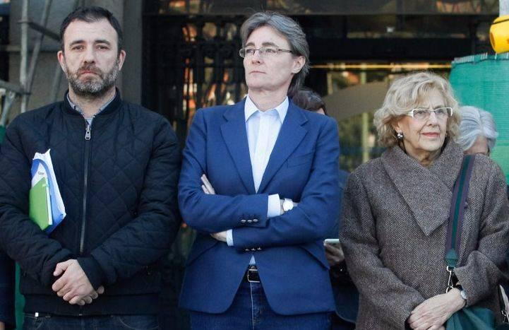 El minuto de silencio ha sido a las puertas del Ayuntamiento de Madrid y han asistido Nacho Murgui, Marta Higueras, Manuela Carmena, Inés Sabanés y Begoña Villacís.