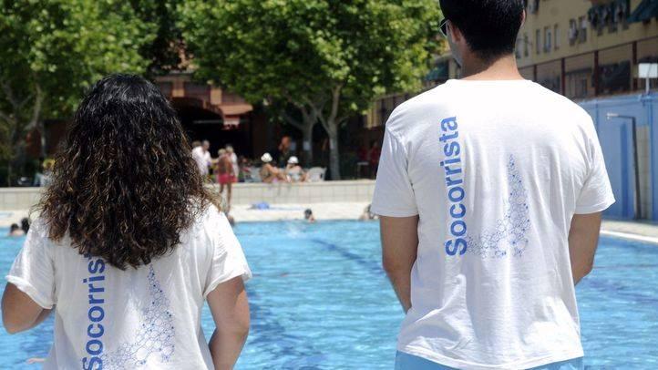 Unos socorristas vigilan el baño en la piscina de San Vicente de Paul (Archivo)