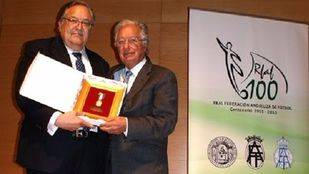 Juan Padrón, vicepresidente de la RFEF, recibe la medalla del Centenario de la RFAF