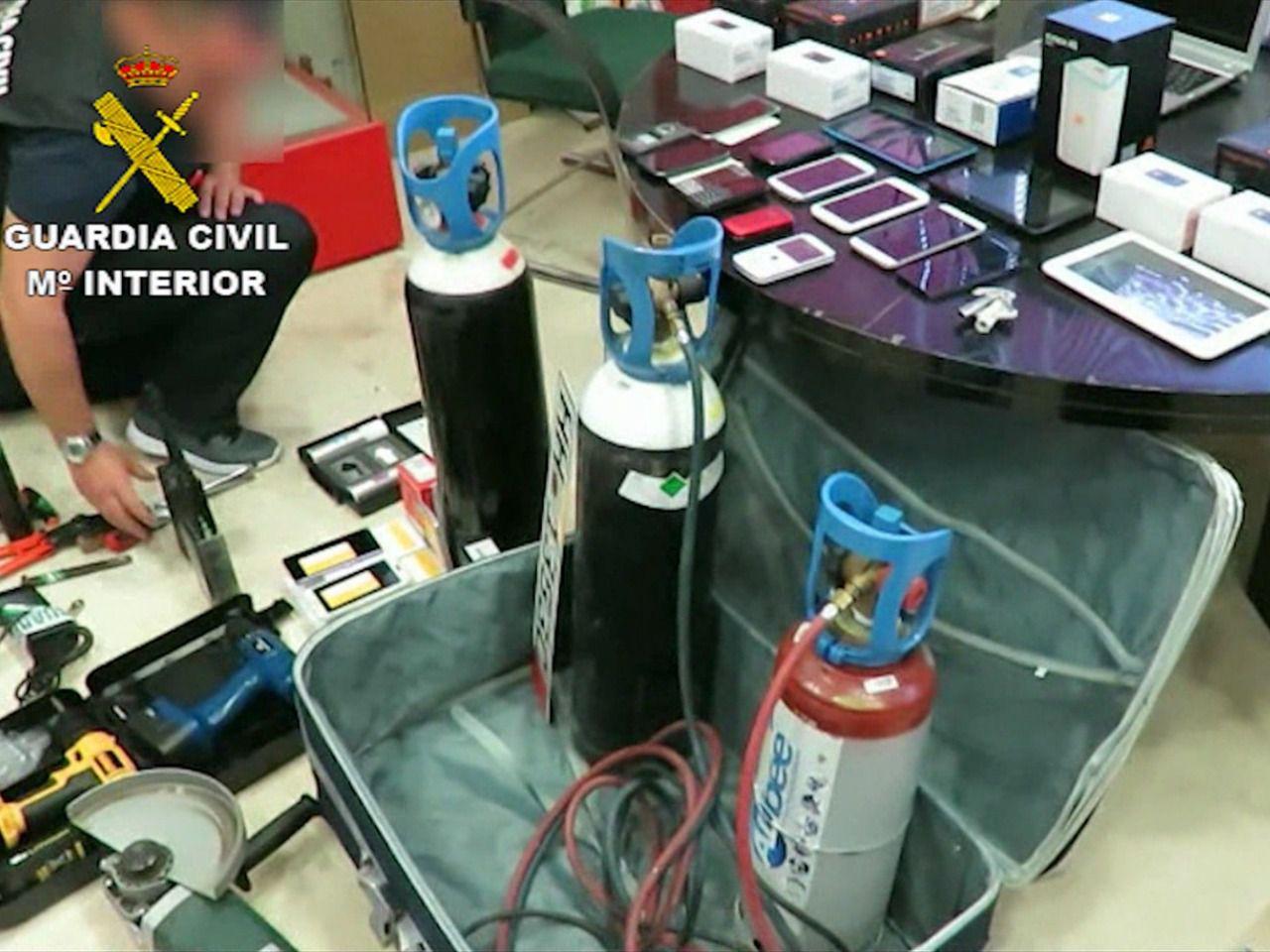 La Guardia Civil detiene a 17 personas integradas en una organización criminal especializada en alunizajes y butrones.