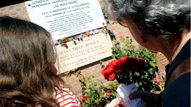 Foto de archivo: Homenaje a las 13 rosas.
