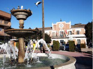 Paracuellos del Jarama, plaza con fuente y ayuntamiento