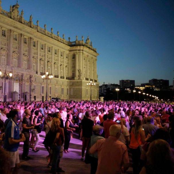 Multitud de gente se reunió en verano de 2016 para bailar frente al Palacio Real