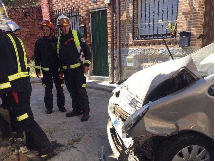 Un hombre pierde el control de su coche y choca contra una casa abandonada