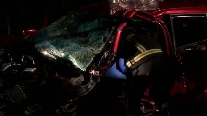 Los bomberos han tenido que rescatar a dos de los cuatro heridos en un choque frontal entre dos turismos en la M-608