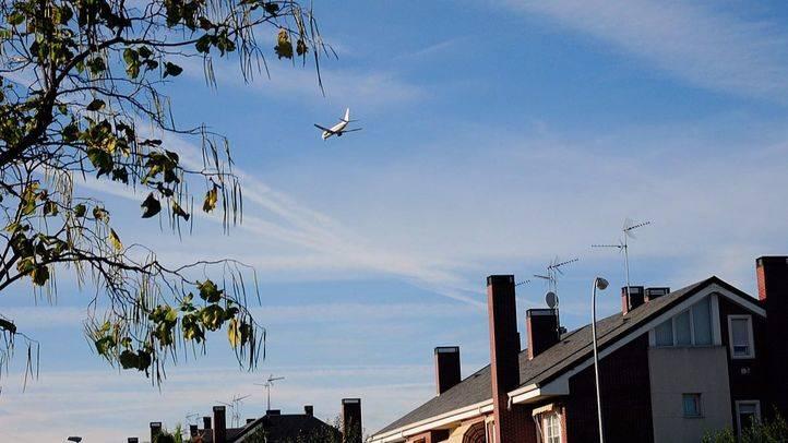 Avión en vuelo bajo para aterrizar en Barajas, pasando por San Fernando de Henares
