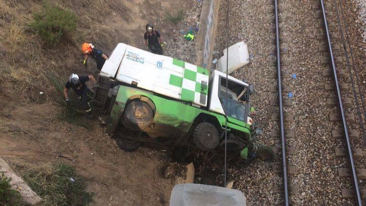 Camión volcado en las vías del tren.