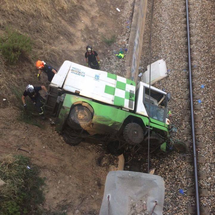 Dos heridos graves tras caerse un camión de Medio Ambiente a las vías del tren