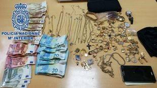 Material incautado a dos 'marca pisos' detenidos por la Policía Nacional.