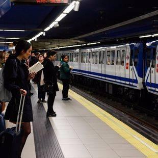 Más viajeros en Metro y menos en EMT durante el mes de junio