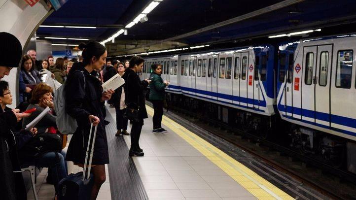 Usuarios de Metro de Madrid esperando en el andén.