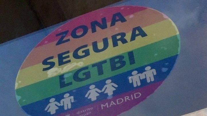 Pegatina arcoíris  de la campaña 'Zona segura LGTBI' contra las agresiones homófobas.