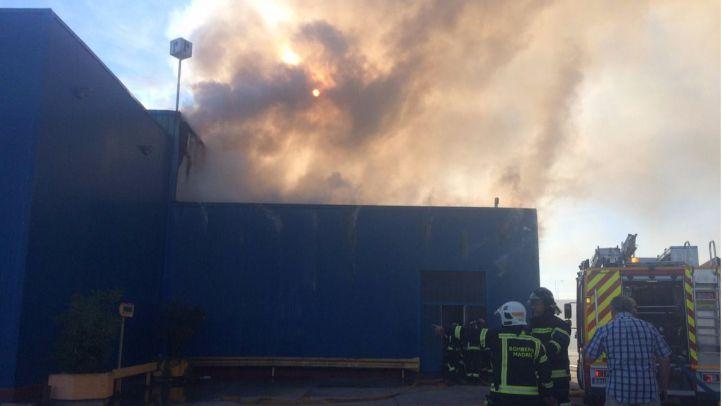 Extinguido un incendio en una nave industrial de una fábrica de plásticos en Vicálvaro
