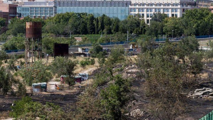 Así han quedado los terrenos de Adif en Delicias tras el incendio.