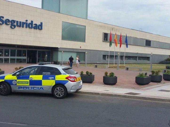 La Policía Municipal de Alcorcón devuelve a su dueño una cartera con 845 euros extraviada en una gasolinera