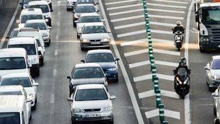 Gran acumulación de tráfico rodado de coches turismos en la carretera de circunvalación M30.