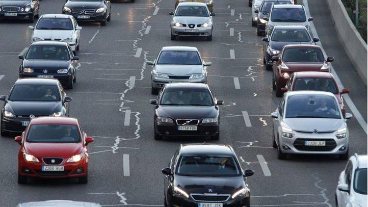 Gran acumulación de tráfico rodado de coches turismos