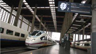 Foto de archivo de trenes AVE en la estación de Atocha
