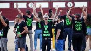 Activistas antitaurinos saltan al ruedo de Las Ventas para protestar contra la tauromaquia