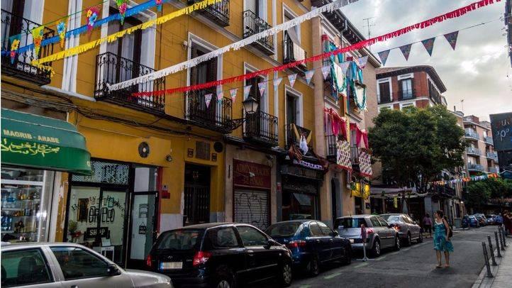 La calle Calatrava es decorada para las fiestas.