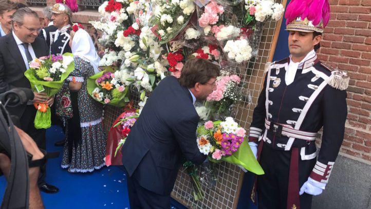 José Luis Martínez-Almeida, portavoz del PP en el Ayuntamiento de Madrid, haciendo la ofrenda florar a la Virgen de La Paloma