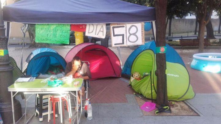 La pareja acampada en Carabanchel exige soluciones en la Plaza de la Paloma