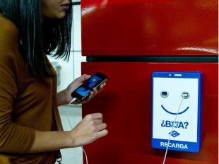 Uno de los nuevos cargadores que van a instalarse en las estaciones de metro de Madrid.