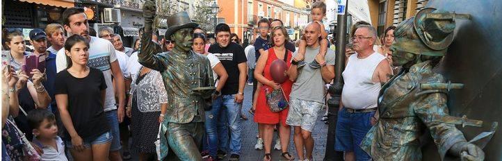 Las estatuas humanas animan las fiestas en Leganés