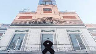 La sede de la Comunidad de Madrid, la Real Casa de Correos, con un crespón negro por el atentado terrorista de Barcelona.