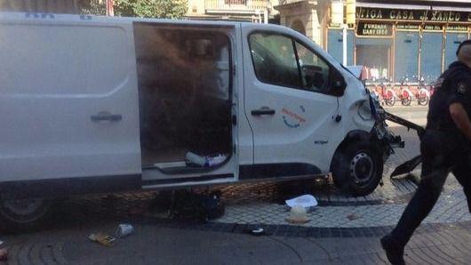 La furgoneta utilizada por los terroristas en Barcelona.