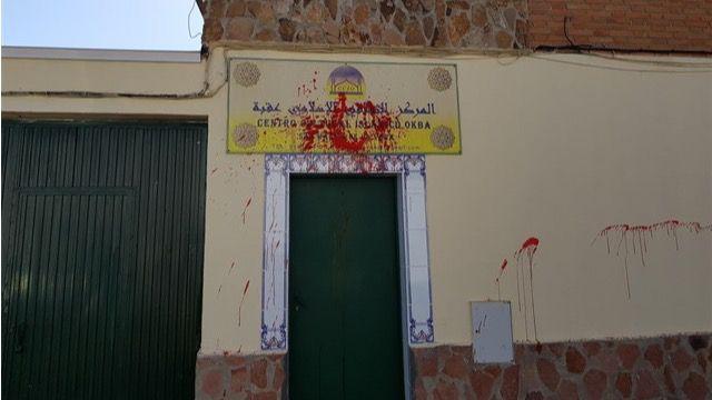 Pintura roja en varios locales islámicos