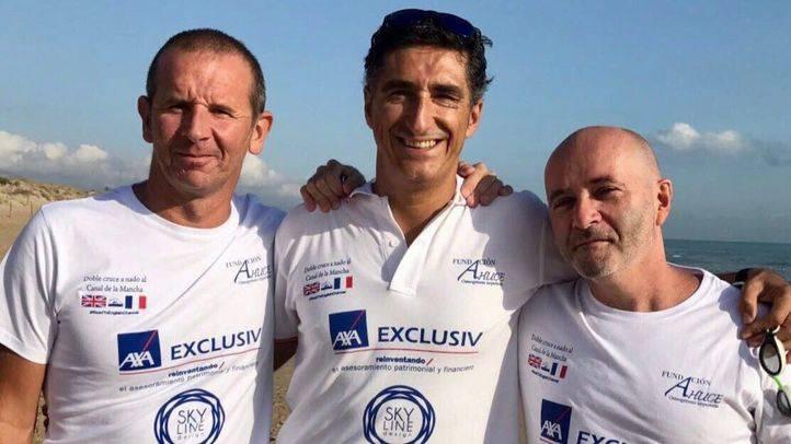 Javier Sanz, nadador de Alcobendas, con dos de los miembros del equipo que cruzarán el Canal de la Mancha