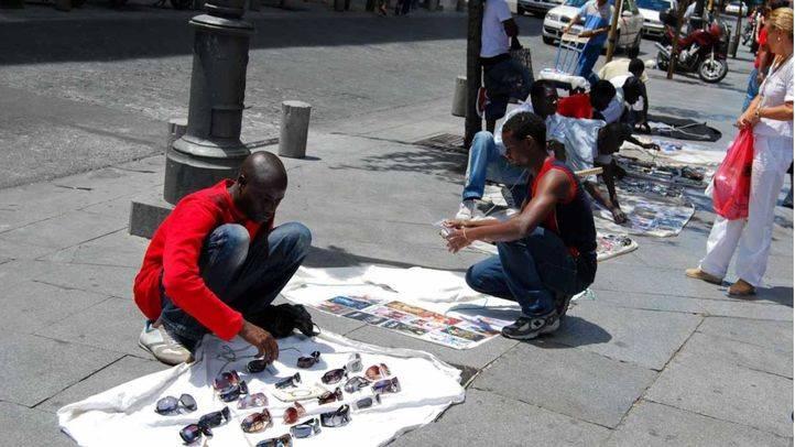 Vendedores de top manta en la calle Mayor