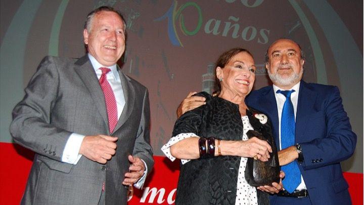 La actriz y cantante Nati Mistral recogió el Premio Madrid a 'Toda una vida' de las manos del ex alcalde José María Álvarez del Manzano. Además el periodista Ángel del Río, miembro del jurado de los premios, subió al escenario para felicitar a la artista.
