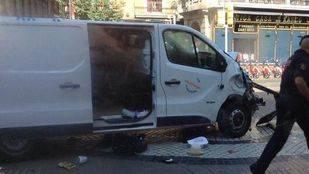 Furgoneta que ha atropellado a varias personas en Las Ramblas de Barcelona.