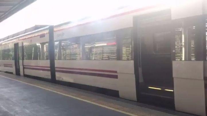 Tren de Cercanías echando humo.