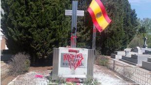 Aparecen nuevas pintadas en el cementerio de la Almudena