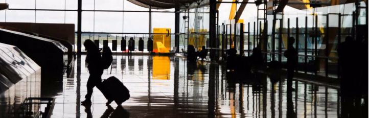 Un viajero en la terminal 4 del aeropuerto Adolfo Suárez Madrid-Barajas.